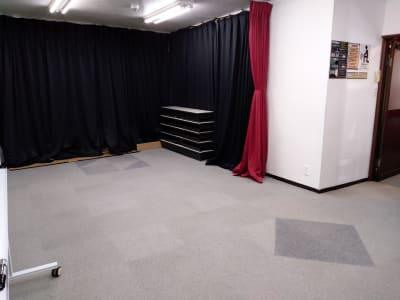 全景④ テーブル変わりました。 赤カーテンを伸ばすと図面の位置まで引っ張れます。 - 大京クラブ【レンタルスペース】 【多目的スペース】の室内の写真