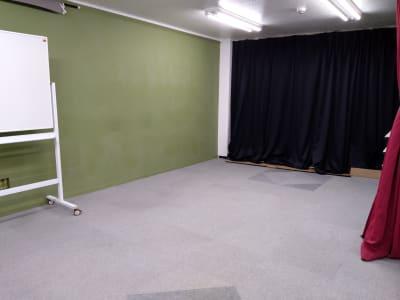 全景① 黒カーテンの裏はプロジェクタースクリーンです。 - 大京クラブ【レンタルスペース】 【多目的スペース】の室内の写真