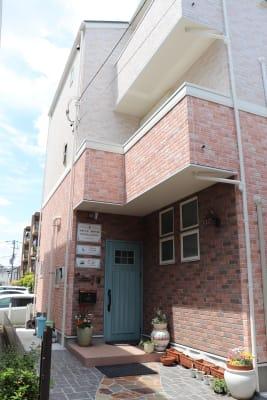 正面玄関 - レンタルスペース ムーミン 貸し会議室の入口の写真