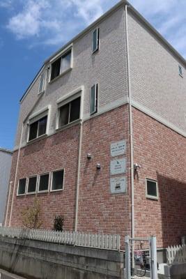 駐車場から見たもの 裏門側 - レンタルスペース ムーミン 貸し会議室の外観の写真