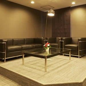➋撮影風景をモニタリングできるお部屋(VIPソファー席) - TGIマーケティング グループインタビュールーム赤坂Aの室内の写真