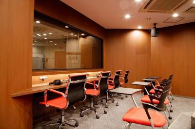 ➋撮影風景をモニタリングできるお部屋 - TGIマーケティング グループインタビュールーム赤坂Aの室内の写真