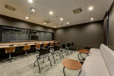 ➋撮影風景をモニタリングできるお部屋 - TGIマーケティング グループインタビュールーム赤坂Bの室内の写真
