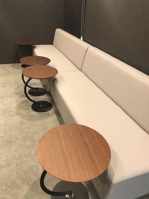 ➋撮影風景をモニタリングできるお部屋(ソファー席) - TGIマーケティング グループインタビュールーム赤坂Bの室内の写真