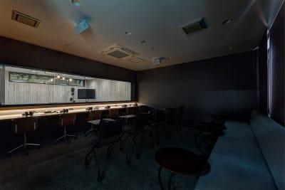 ➋撮影風景をモニタリングできるお部屋(調光可能) - TGIマーケティング グループインタビュールーム赤坂Bの室内の写真