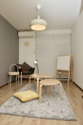 奥のソファで座ってじっくり考え事をするのもオススメです。 - mamespaceの室内の写真