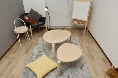 高さ違い、サイズ違いのテーブルです。重ねれば省スペースになります。 - mamespaceの室内の写真