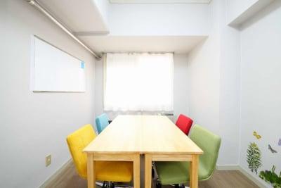 <カラフル会議室 札幌駅前> カラフル会議室の室内の写真