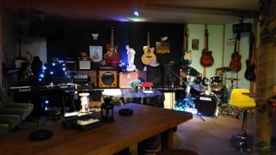 客席、ステージ、音響設備 - ミュージック酒場 UTAMARO パーティ会場、音楽イベント会場の室内の写真