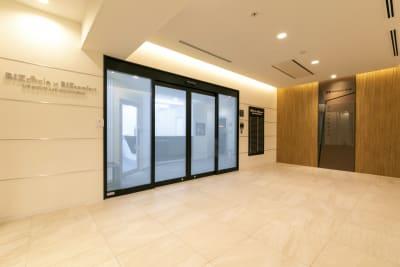 キレイなエントランスはクライアント様にも喜ばれるのでは♪ - BIZcomfort名古屋名駅南 完全個室 6名用会議室の入口の写真