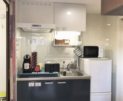 コーヒーマシン(ドルチェグスト)・冷蔵庫・電子レンジ完備。コンロは使えません。 - 貸会議室アクア大宮高鼻 お部屋貸し切り201号室の室内の写真