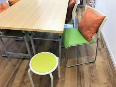 予備の丸椅子もあります。 - 貸会議室アクア大宮高鼻 お部屋貸し切り201号室の室内の写真