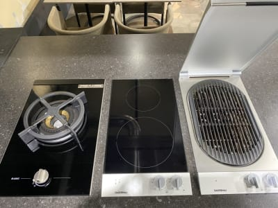 ASKOコンロ、GAGGENAU IHクッキ、GAGGENAUバーベキューグリル - KLASI COLLEGE 平日利用 レンタルキッチンの設備の写真