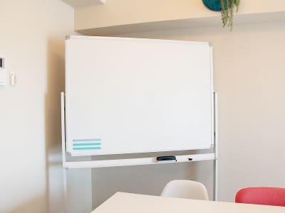 ホワイトボードも移動可能です。 - 高田馬場スペース アンダルシア会議室の室内の写真