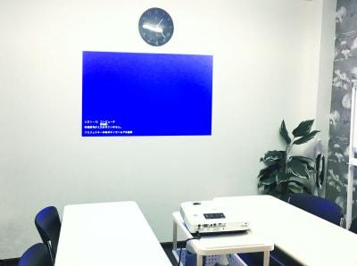 プロジェクター射影位置や動画収録には時計側の壁がオススメです - お気軽会議室 リバティ本町 梅田から3駅/HD WEBカメラの室内の写真