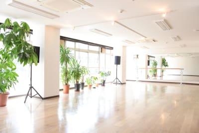 2階スタジオ 自然光が入る白を基調とした明るいスタジオです。 - 多目的レンタル空間 Aspace 2階スタジオ[撮影プラン]の室内の写真