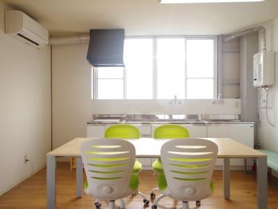 開放的な共用スペースのキッチンは新品!! - ONVO STUDIO INA レンタルスタジオの設備の写真