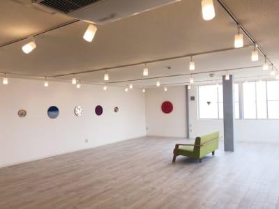 展示会やイベント、撮影など白を貴重に外光が広がる開放的な空間 - ONVO STUDIO INA レンタルスタジオの室内の写真