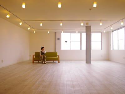 白を基調に外光溢れるアーティストの制作アトリエを併設したレンタルスペース - ONVO STUDIO INA レンタルスタジオの室内の写真