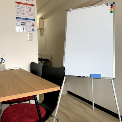 軽量コンパクトなホワイトボード - まちの会議室★東中野 施術ベッドのあるお部屋<モカ>の室内の写真