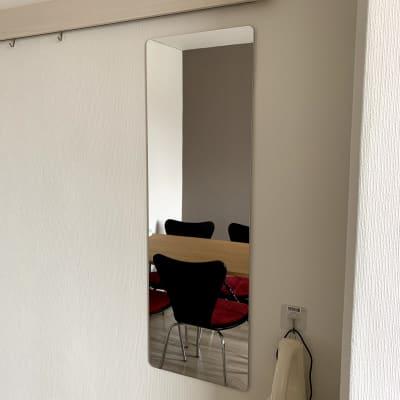 全身が映せる鏡は安全を配慮して壁に固定 - まちの会議室★東中野 施術ベッドのあるお部屋<モカ>の室内の写真
