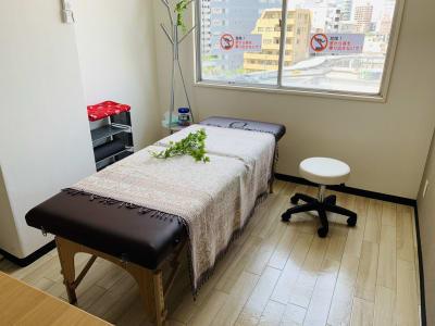マッサージベッドとキャスター付きの丸椅子 - まちの会議室★東中野 施術ベッドのあるお部屋<モカ>の室内の写真