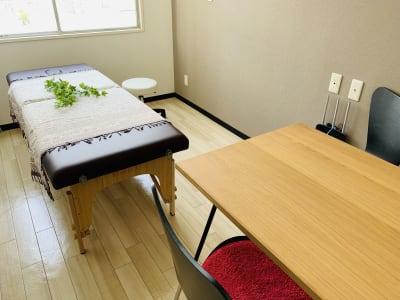 マッサージベッドと小さなミーティングスペースのあるお部屋です。 - まちの会議室★東中野 施術ベッドのあるお部屋<モカ>の室内の写真