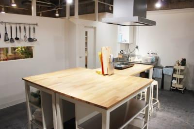 広い、調理スペース15㎡ - レンタルスペース  パズル浅草橋 レンタルキッチン スペースの室内の写真