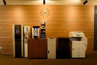 充実のフリードリンクコーナーです。挽き立てコーヒー、紅茶、日本茶等 - ビステーション新橋 カンファレンスルームAの設備の写真
