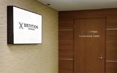 受付後、専用入口からの入退室が可能になります。 - ビステーション新橋 カンファレンスルームA+B+Cの入口の写真
