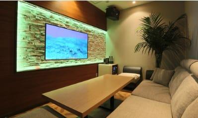 各部屋には大型モニターが完備。スマートフォンやパソコンを繋ぐこともできます。 - パセラリゾーツ渋谷 コワークスペースの室内の写真