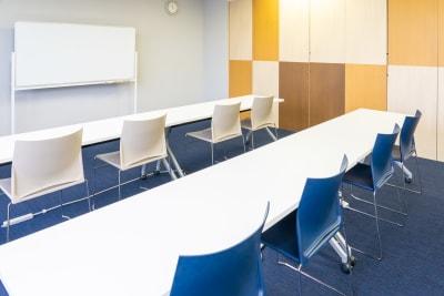 セミナーレイアウト横 - 南麻布 会議室 レンタルスペース 南麻布 会議室の室内の写真