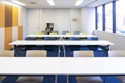 セミナーレイアウト縦(正面アングル) - 南麻布 会議室 レンタルスペース 南麻布 会議室の室内の写真