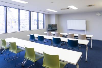 セミナーレイアウト縦(斜めアングル) - 南麻布 会議室 レンタルスペース 南麻布 会議室の室内の写真