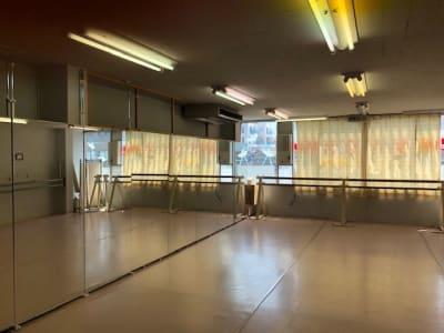 反対側にバーがあります。移動バーもあります - イツハ&123バレエスタジオ ダンススタジオの室内の写真