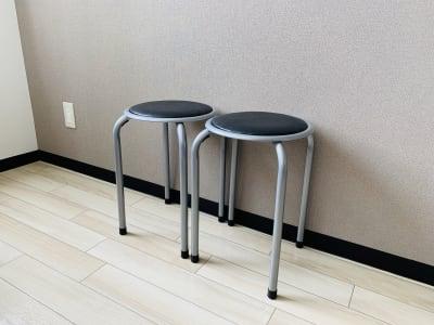 予備の丸椅子 - まちの会議室★東中野 施術ベッドのあるお部屋<モカ>の室内の写真