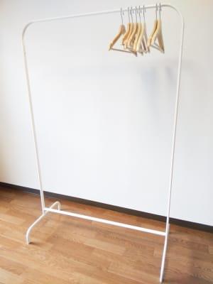 ハンガーラック - レンタルスペースあられ 貸会議室 レンタルスペースの設備の写真