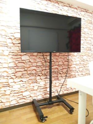 PCモニター (40インチ)  - レンタルスペースあられ 貸会議室 レンタルスペースの設備の写真