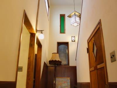1階階段スペース。 - 泊まれる純喫茶 ヒトヤ堂 期間限定の撮影スタジオの室内の写真