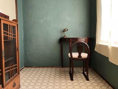 3階窓側スペース。自然光が射し込むため、商品の物撮りにおススメしています。 - 泊まれる純喫茶 ヒトヤ堂 期間限定の撮影スタジオの室内の写真