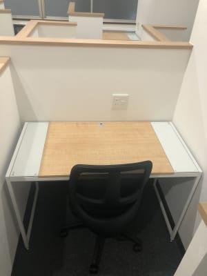 横幅110㎝×奥行55㎝の机。コンセントは2口あります。 - コワーキングスペース和と匠の時 ブース席(半個室タイプ)の室内の写真