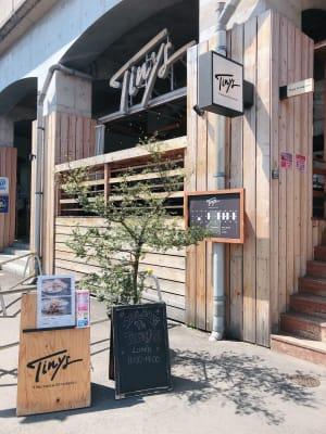 タイニーズ横浜日ノ出町 大人数貸切BBQテラスの入口の写真