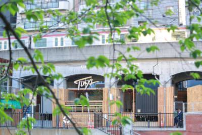 駅近だから集いやすい!高架下を活用した、開放感のあるラウンジです。 - タイニーズ横浜日ノ出町 大人数貸切BBQテラスの室内の写真