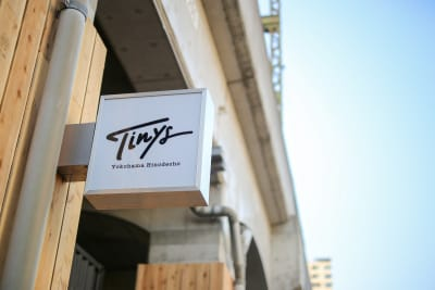 看板が目印です。 - タイニーズ横浜日ノ出町 大人数貸切BBQテラスの外観の写真
