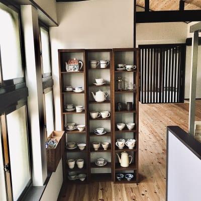 ドリンクバー用のカップやマグです。 - 古民家スペースかえるての室内の写真