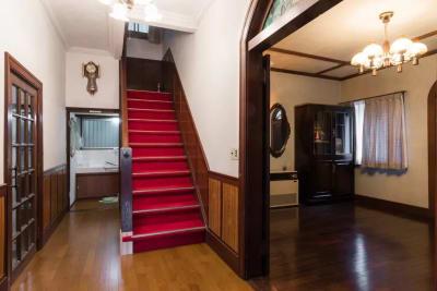 赤絨毯の階段は撮影にも好評です! - 逗子古民家 湘南Sea-Sonsの室内の写真