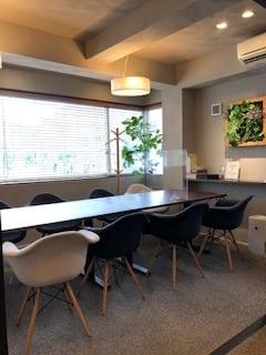 会議にもパーティにも多目的に利用できるおしゃれな家具つきレンタルスペース。 - レンスぺ東高砂町208-2F レンスぺ浦和東高砂町208-2Fの室内の写真