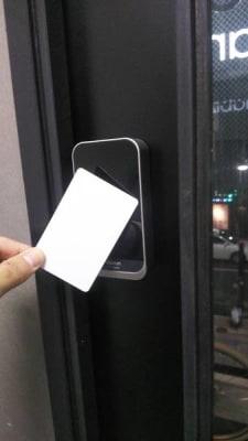 スマートキーを導入しています。お手元のスマートフォンから開錠キーをタップして下さ - HaNaLe三鷹台駅会議室 HaNaLe三鷹台駅前会議室の室内の写真