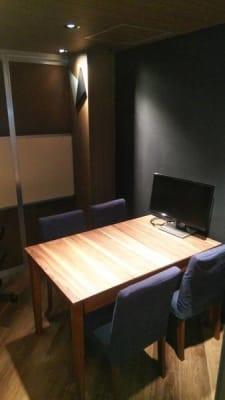モニターもご自由にご利用いただけます。 - HaNaLe三鷹台駅会議室 HaNaLe三鷹台駅前会議室の室内の写真