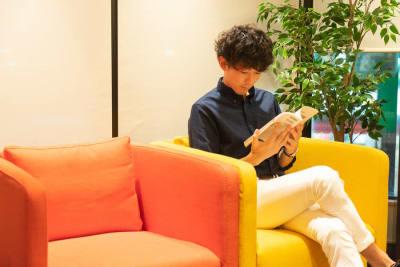 ソファーもご利用いただけます。 - HaNaLe三鷹台駅会議室 HaNaLe三鷹台駅前会議室の室内の写真